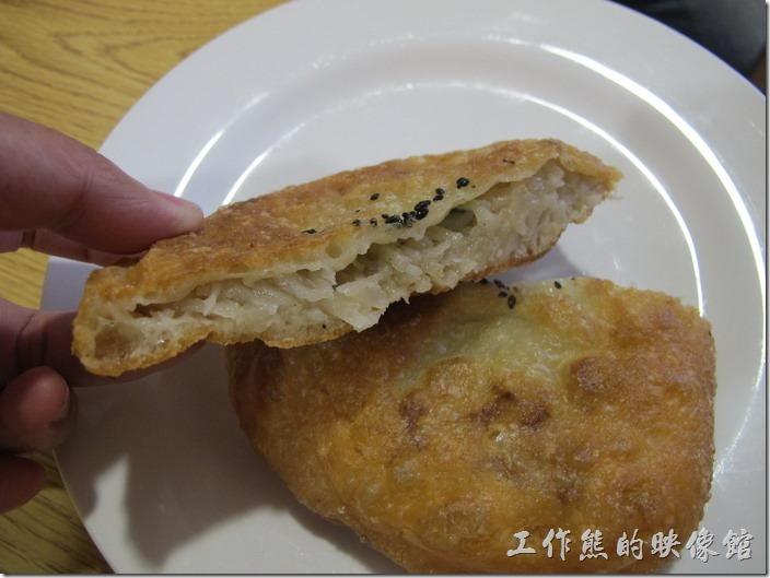 台南南港-老眷村古早味煎餅。蘿蔔絲煎餅,NT30。這蘿蔔絲煎餅是工作熊覺得第二好吃的煎餅,蘿蔔絲並沒有曬得很乾,還保留了水份,跟印象中的曬乾的蘿蔔絲口感不太一樣,所以才被工作熊評為第二名。