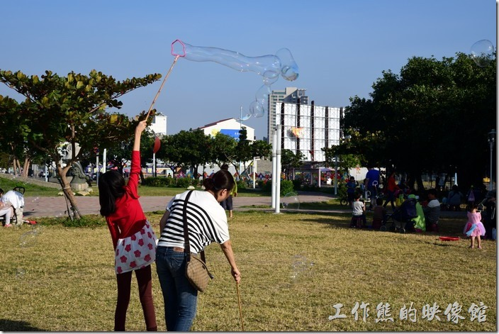 南部的天氣真的很好,每逢例假日就可以看到許多父母帶小孩來林默娘公園遊玩,還可以順便玩玩肥皂水吹泡泡的遊戲。