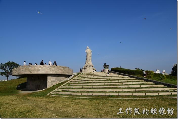 這是遠看林默娘雕像的畫面,這些樓梯的地方就是林默娘雕像的基座。