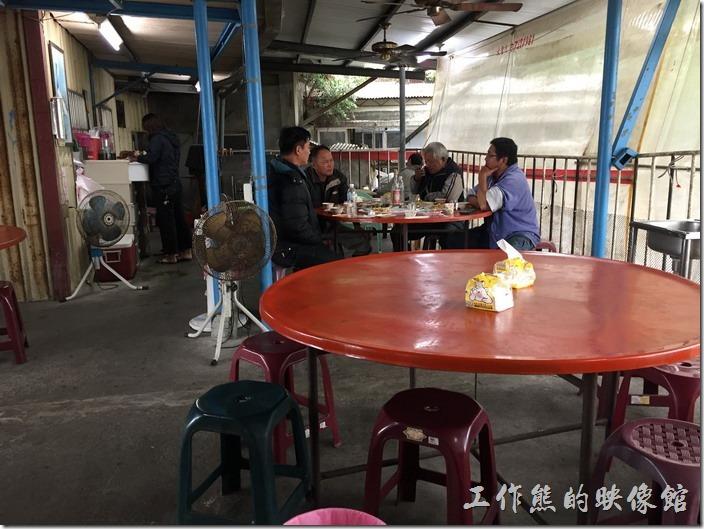 台南三股四季海產的用餐環境其實就是鐵皮屋搭成的擋風遮陽擋雨的地方而已,沒有冷氣,因為距離海岸很近,所以常常可以吹到海風。