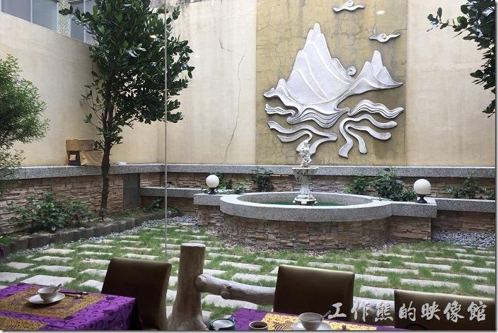 台南牡丹庭餐廳後面有個噴水池小花園。