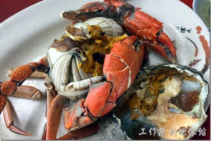 台南三股-四季海產。這隻螃蟹(處女蟳)花了NT210在餐廳旁邊買的,老闆幫忙清蒸料理加佐料收NT100元,所以這隻處女蟳總共才花了NT310,這隻是公螃蟹,但裡頭的蟹膏可是滿滿的,蟹肉也很鮮嫩,吃起來還是有滿足感。其實,上個月才去土城海產吃了兩隻母處女蟳花了NT1500,真TM的貴,不過土城海產的螃蟹口感及肉質真的沒話說。
