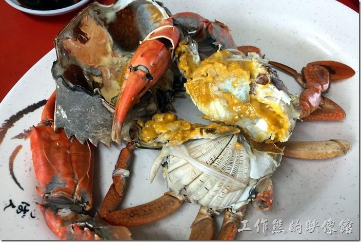 台南三股-四季海產。看這處女蟳的蟹膏滿滿的,真讓人食指大動,螃蟹端上來的時候,老闆還一直誇說我們這隻螃蟹選得不錯。
