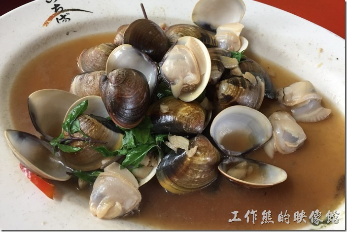 台南三股-四季海產。九層塔炒蛤蜊。這蛤蜊有夠給它大顆飽滿的,吃起來超爽。聽老闆說這是白蛤,蛤蜊其實還分很多種,如果是「赤嘴仔」則會比較瘦小,總之選對了,吃起來也爽。