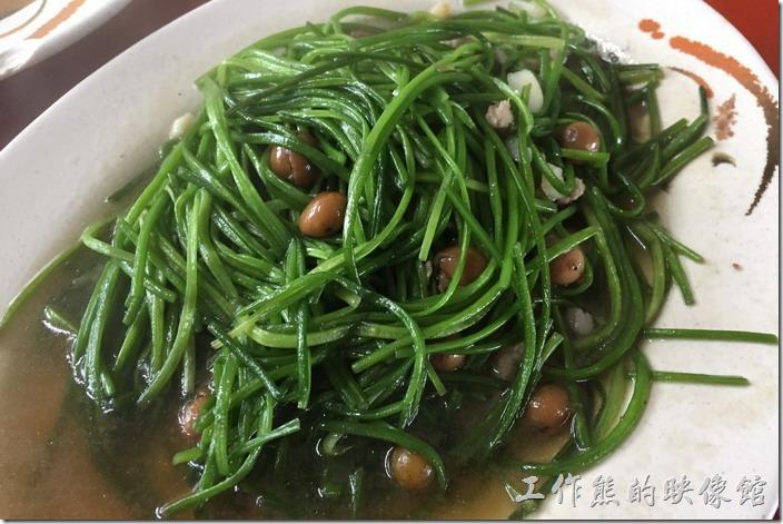 台南三股-四季海產。破朴子炒水蓮。這水蓮菜吃起來超爽脆的,工作熊好像還是第一次吃這菜,感覺挺新鮮的,配上破朴子有鹹甘味道。