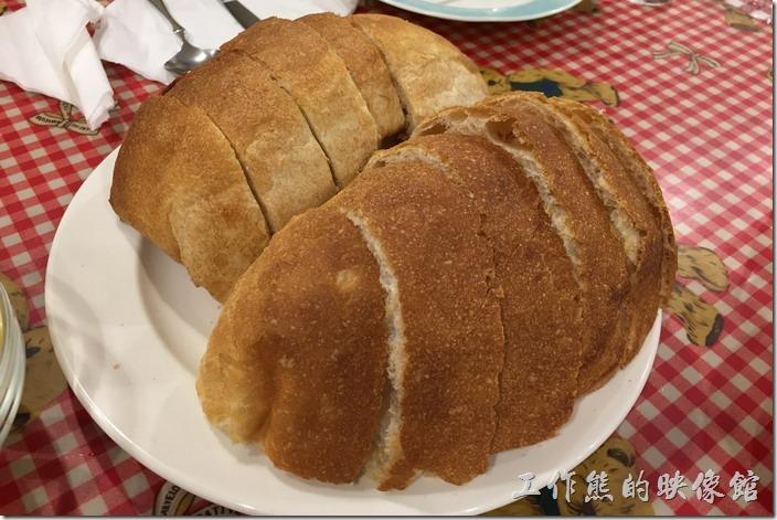 台北-加貝爾廚藝工作坊。手工麵包。如果點這裡的歐洲鄉村美食預約菜單,除了「西班牙海鮮飯」外,其餘的預約菜就會附送手工麵包。