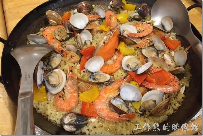台北-加貝爾廚藝工作坊。西班牙海鮮飯,NT2300 (4~6人份)。一大盤的西班牙海鮮飯,上面有滿滿的蝦子、蛤蠣與章魚等海鮮,搭配紅黃甜椒料鋪在米飯上面,光眼睛看就覺得豐富,燉飯吸滿了海鮮的湯汁,吃起來更是一大享受,不過底下有鍋巴,蝦子似乎稍硬,稍稍有點美中不足。