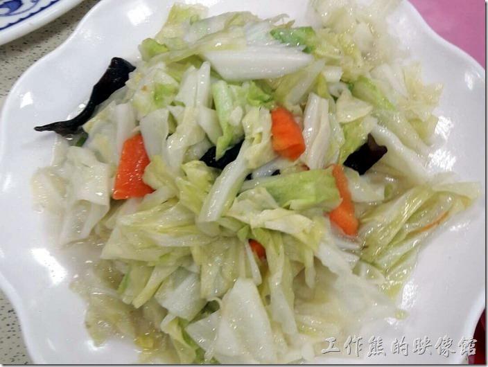 嘉義-鹿草和樂食堂年初二請女婿。加點-炒高麗菜。這盤高麗菜只能說普通,就是家常菜,如果可以加點辣椒應該就更能提味,但小朋友不太能吃辣,所以將就囉!