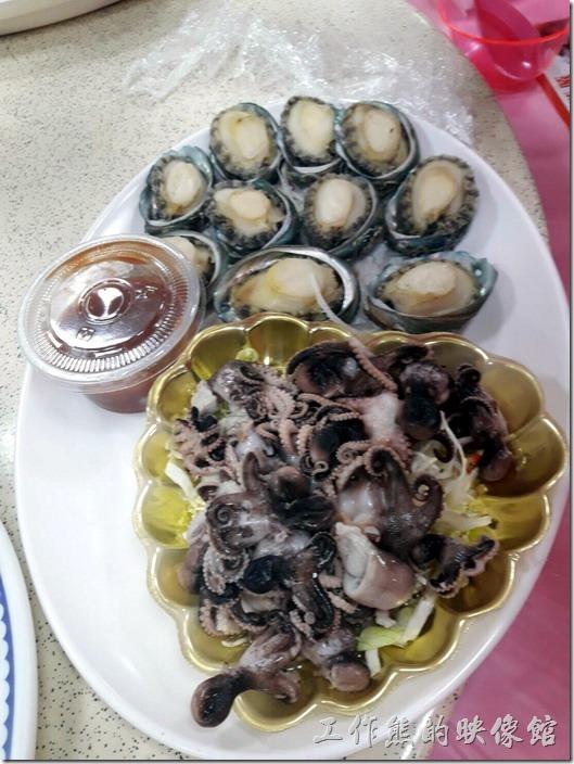 嘉義-鹿草和樂食堂年初二請女婿。鮮甜活鮑魚。除了鮑魚之外,還有川燙過的小章魚,但整體來說只能說還好,並不是非常鮮甜具特色。不過這個價位可以吃到這樣的菜色算不錯了,而且還是大年初二。