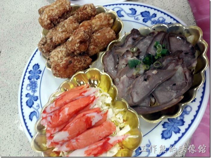 嘉義-鹿草和樂食堂年初二請女婿。和樂三拼盤冷盤。有蟹肉棒、肉卷,另外一樣忘了是什麼,反正不是牛肉,因為老丈人家不吃牛。