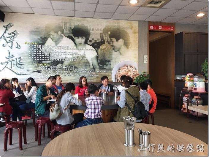 嘉義噴水雞肉飯(博愛店)餐廳內的牆壁上有一大片關於其緣起的故事。