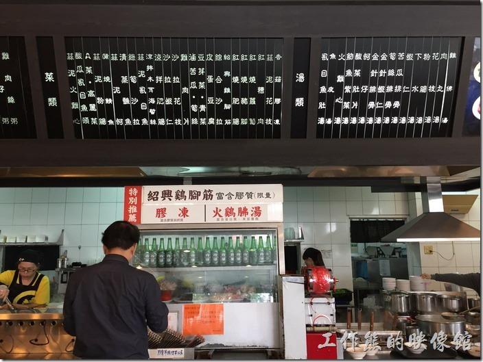 嘉義噴水雞肉飯(博愛店)餐廳的菜單與價目表在顛餐櫃台的上方有清楚的標示。