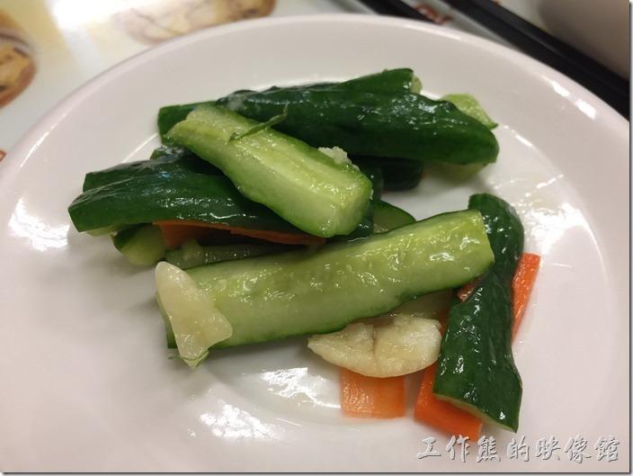 南港-廖師父點心坊(手工刀削麵)。涼拌小黃瓜,NT30。這小菜的份量曉得可憐,小黃瓜大概10小塊,這大概就一支小黃瓜的份量,吃起來滋味還不錯就是了!