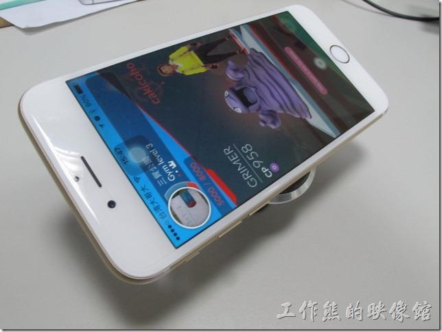 手機可以很輕易的黏貼於這款「磁吸式萬用手機支架」上。