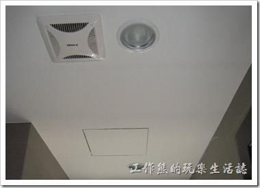 還有浴室不一定要用吸頂燈,也可以用【BB崁燈】加蓋以防被水噴到就可以了,看起來簡單又乾淨。
