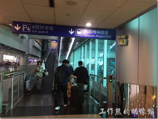 從桃園機場二航廈搭乘手扶梯往地下B1搭乘機場捷運。