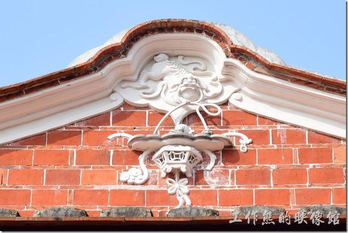 台南鹽水-八角樓的屋頂採用「歇山重簷式」建築,馬背則是由三個圓弧構成如水波般形狀的「水形馬背」。馬背下方的山牆有「懸魚」浮雕裝飾。八角樓的懸魚為精巧柔美的麒麟銜花籃造型,這應該是「麒麟」吧?如果有錯的話,麻煩通知更正。