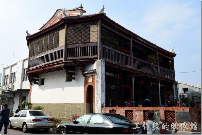 在台南的鹽水有一棟清光緒年間建成的古厝曰「八角樓」,是一座有兩層樓高的建築,其實應該只有一樓半(俗稱「樓半」),因為第二層高度並不高,有點閣樓的感覺。該建築曾入選為「臺南縣歷史建築十景」與「臺灣歷史建築百景」之一,可見其建築的價值。八角樓顧名思義就是因為在其樓頂上有八個微翹的角而得名,是該建築的重要特色之一,舊稱「八卦樓」,因為形似八卦。