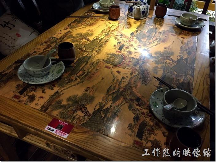 昆山-大城小調。餐桌的背景是一幅清明上河圖。