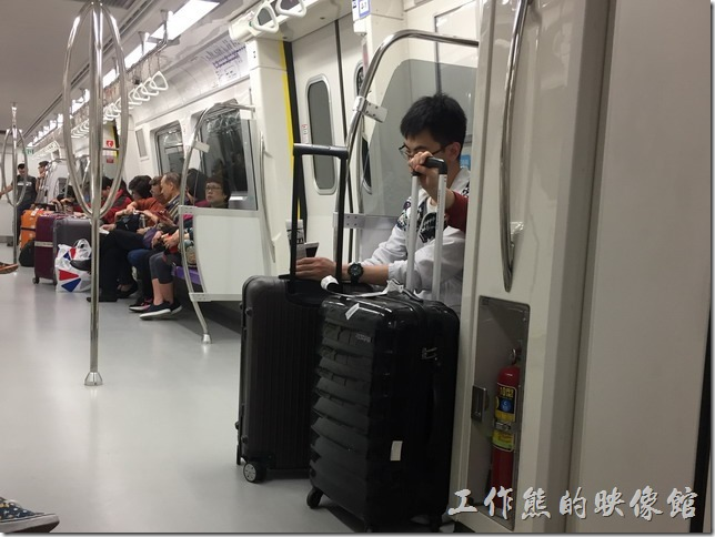 這是機場捷運的普通車車廂。