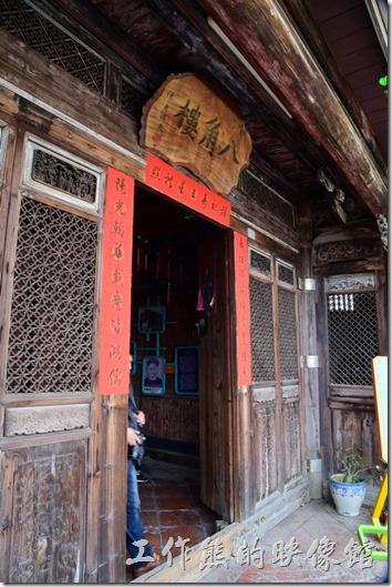 鹽水八角樓的大廳入口處可以欣賞到複雜的窗櫺雕飾、仙鶴雀替、與木門上的浮雕,大門上還有八卦形的門環及青斗石柱珠。