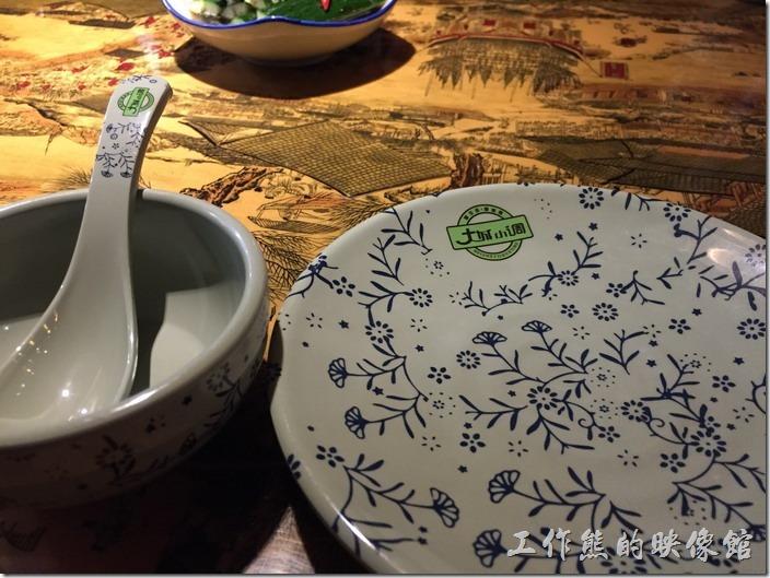 這餐具仔細看,都是仿古的餐碗瓢盆。