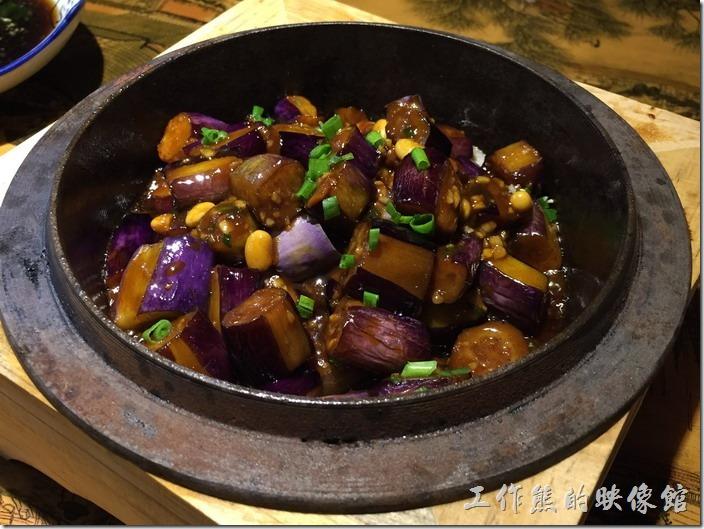昆山-大城小調。石鍋黃豆茄子,RMB22。這道茄子料理好吃,工作熊個人推薦。柔軟中帶點Q勁,味道條了剛剛好,工作熊發現在大陸吃到的茄子料理都不錯,之前在大清花吃「鐵板燒汁茄盒」也很好吃。