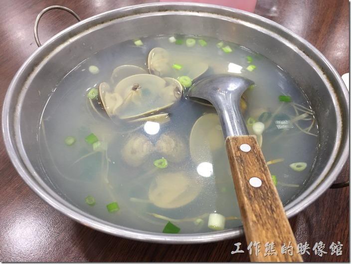 台南七股-鹽山阿城海產。蛤蜊湯,NT180。這裡的蛤蜊有夠給它大顆,而且顆顆飽滿,吃起來讓人非常的滿足,這是「粉蛤」比較大顆的那種,如果是「赤嘴」會比較小顆一點。