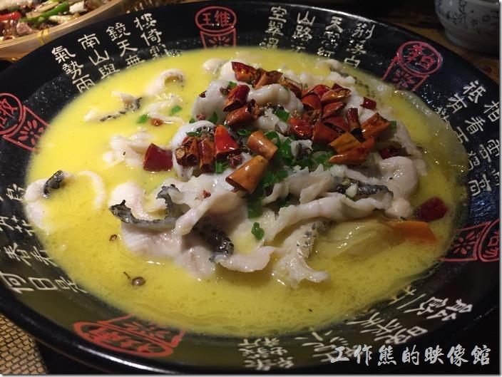 昆山-大城小調。吃不膩的酸菜魚,RMB49。工作熊個人其實不太喜歡在大陸吃魚料理,因為都是淡水魚,吃起來會有土味,特地點了一道重口味的酸菜魚,結果還是吃得到土味,不過魚肉倒是鮮嫩爽口,但是刀工不好,有些魚翅沒有挑乾淨,吃的時候要當心。