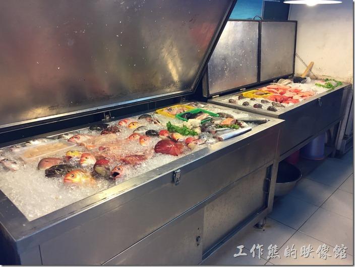 台南鹽山阿城海產店海鮮已經進步到使用冰櫃了,這樣當天沒賣完或是休息時直接把冰櫃的蓋子蓋上就可以持續保持新鮮。
