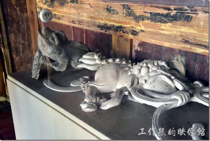 台南鹽水-八角樓。展示櫃內有從圓屋頂上拆下來的「三腳蟾蜍」與「麒麟」懸魚。