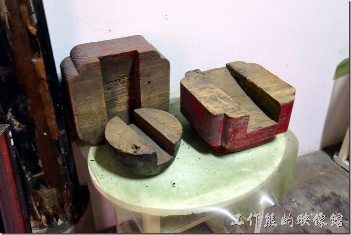 台南鹽水-八角樓。另一個房間有展出原建築的木榫結構,不需要用到釘子就可以固定梁柱的古老工法。