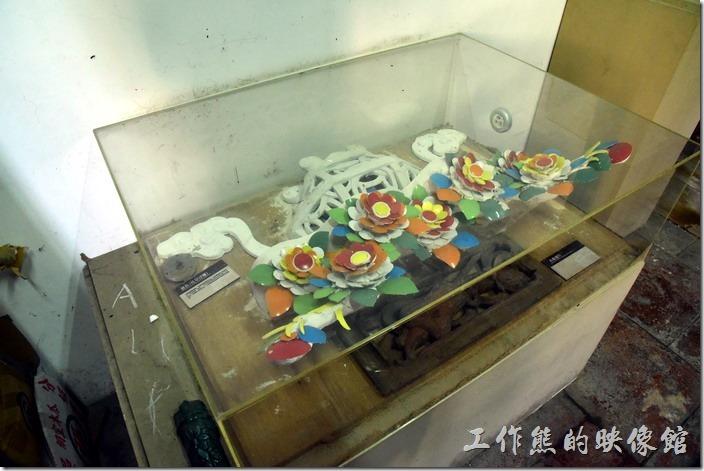 台南鹽水-八角樓。原來的懸魚下面的花籃使彩色交趾陶做成的花朵。