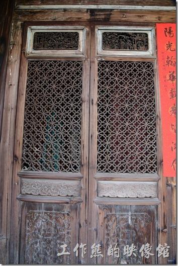 八角樓的窗戶形式非常多樣,這充分顯示匠師的用心,窗戶包括有石條窗、竹節書卷窗、釉面陶磚窗、木製百葉窗。 窗櫺也極富有變化,有平櫺、斜萬字紋、直櫺等。
