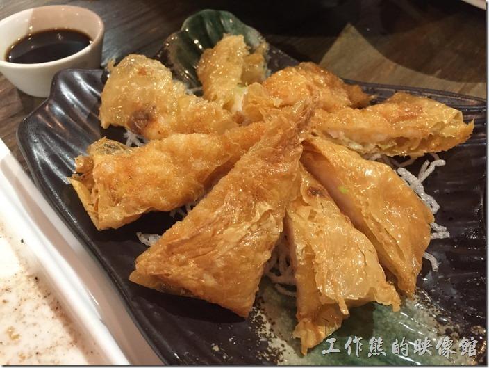昆山-皇后餐廳港式料理。鮮蝦腐皮捲。工作熊個人也不推薦,太油了!似乎沒有把該有的特色做出來,蝦子內餡與腐皮似乎不怎麼搭得上。