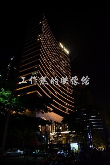 如果你有到過澳門,看到這間【台中林酒店】的外觀後應該會有點似曾相似的感覺,沒有錯這間林酒店的外觀與色調幾乎就是「澳門永利酒店」的翻版,原來台灣的山寨也這麼厲害,聽說還差點被人加告上法院。