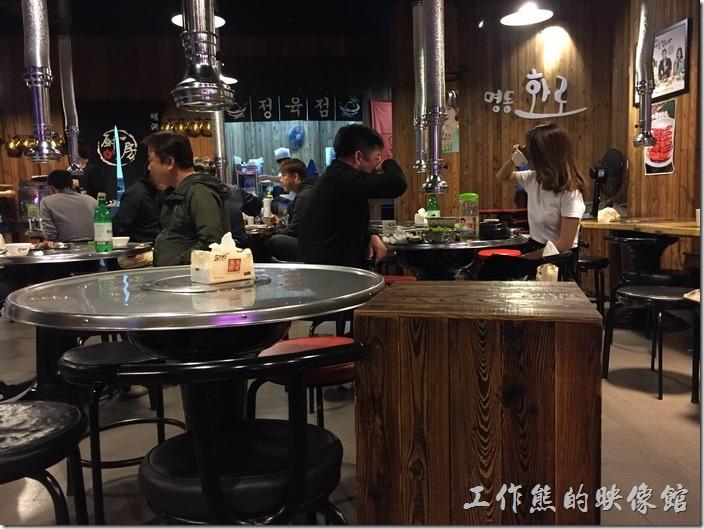 大陸昆山明洞火爐碳烤餐廳內部的樣子。