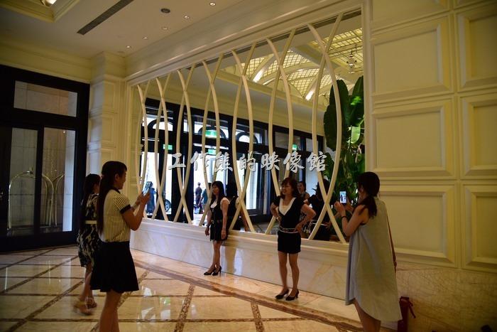 這【台中林酒店】其實是一家以酒席起家的飯店,雖然線在已經開了住宿的旅館了,可能是舊情綿綿,不能忘懷起家的餐飲,所以其一樓的格局居然生生的劃分出了兩個大廳,一個為旅館的接待大廳,另一個則是自助餐廳(Buffet)的接待大廳,而且自助餐廳的格局似乎還要來得大一些,熱鬧程度也更勝旅館大廳,工作熊還很少看過這麼奇葩的酒店風格設計,只能說「就是狂」啊!