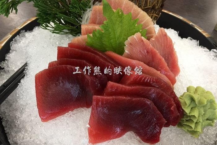 台南安平-海之味海產。生魚片,NT850。有鮪魚跟旗魚兩種,每一塊生魚片都好大一塊,這生魚片軟Q,雖然還不到入口即化的地步,但已經相差無幾了,一般歐式自助餐廳吃到的生魚片根本不能比。