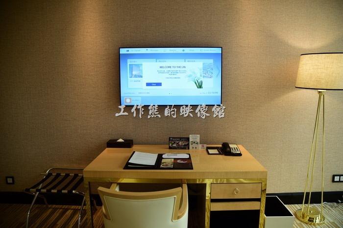 這【台中林酒店】的書桌有點小啊!電視機就在書桌前,電視上貼新的顯示了歡迎入住者的資訊,選台有些麻煩,比較像是網路電視,不過該有的頻道都有,沒用過得朋友得稍微習慣摸索一下!
