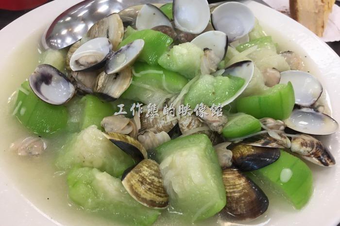 台南安平-海之味海產。絲瓜蛤蠣,NT300。原以為絲瓜會有點老,但實際吃的時候卻發現非常的軟爛入口,只是這條味似乎稍嫌不足,薑絲好像放得有點少。