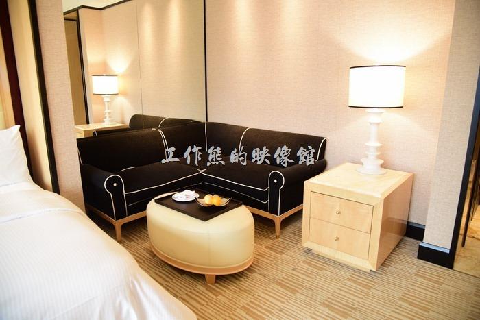 【台中林酒店】的客房內有個小沙發,適合三五好友小聚聊天,工作熊這次就找了以前大學社團的成員來聚會,就不見面,大家聊的不易樂乎!