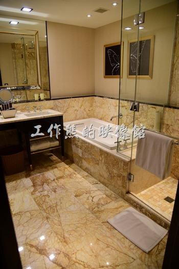 【台中林酒店】客房內的預測有浴缸、乾溼分離的淋浴間,另外還有獨立廁所。
