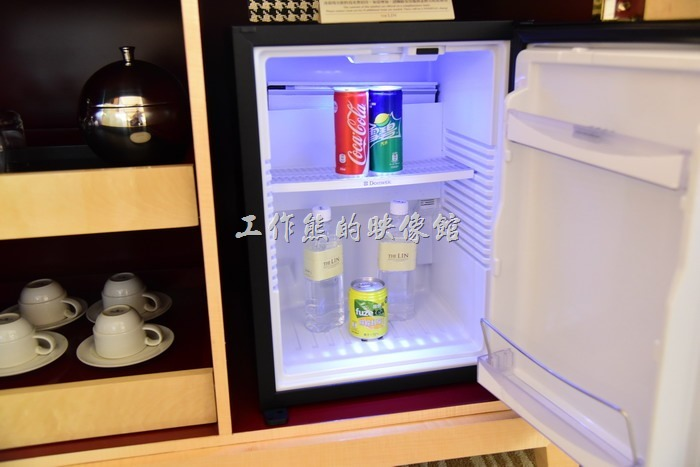 入住【台中林酒店】還有一項不錯的福利,就是客房內所有的飲料食物都是免費,包含冰箱內的所有飲料,不過這些都可以在自助餐廳內喝到,所以有跟沒有似乎也沒有差多少。