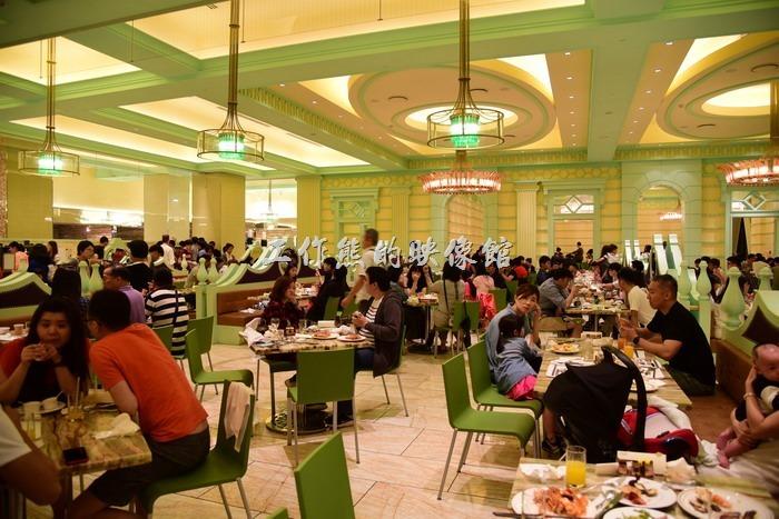 【台中林酒店】的歐式自助餐廳佔地其實還蠻大的,但是門口排隊的人潮也是任多。