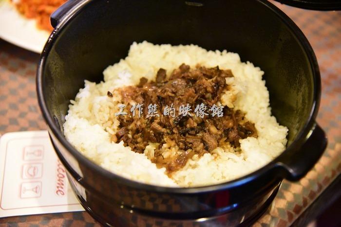 台中新社菇菇部屋。香菇拌飯。就是香菇肉燥飯,要是米飯不夠還可以再加,愛吃肉燥飯的朋友可以吃好幾碗了,不只香菇肉燥香噴噴,連米飯也香。