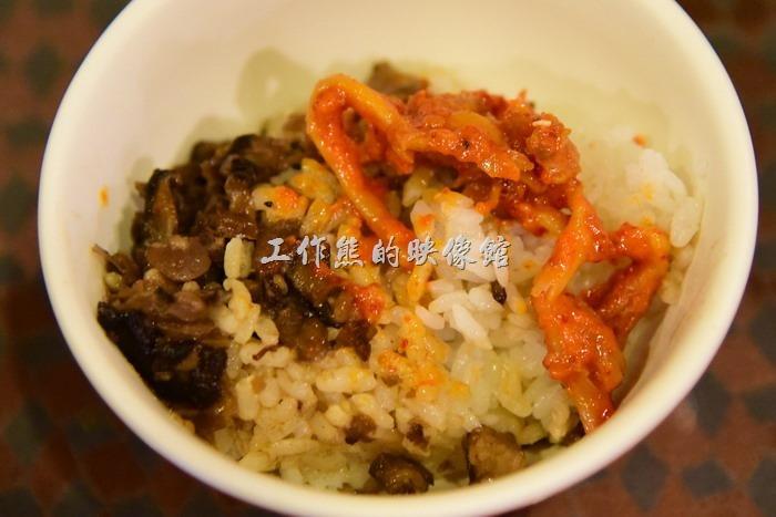 台中新社菇菇部屋。開飯啦!其實光吃這到香菇肉燥飯配上金百菇黃金泡菜就可以吃兩碗飯了,不騙你。