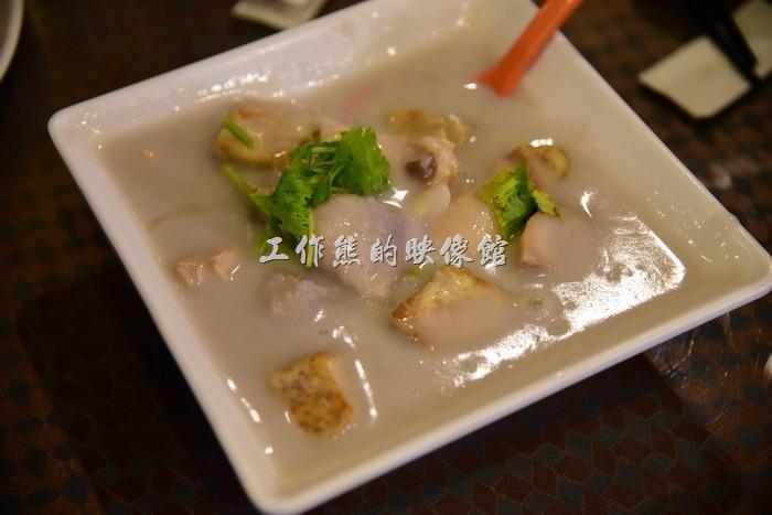 台中新社菇菇部屋。芋香雞肉褒。炸過得芋頭當主食,芋頭泥底下還藏了許多的「美白菇」,不過味道一樣太淡了,吃不太出來美白菇的特色。