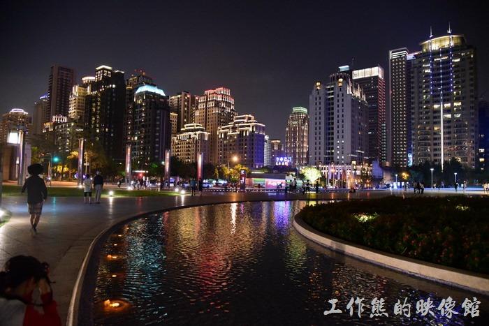 「台中歌劇院」就座落在七期重劃區,這裡的夜晚燈光燦爛,不輸其他的國際大都市!
