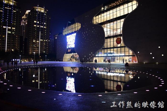 這【台中林酒店】鄰近「台中歌劇院」,走路不用10分鐘就可以到達,白天及夜晚的景色各異,吃過玩餐後信步欣賞一大享受。